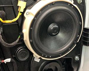 呼和浩特汽车音响改装,功放加和不加有区别吗?